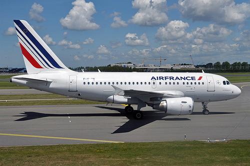 Air France A318 F-GUGG-7121.jpg