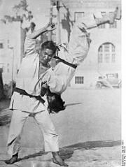 200px-Bundesarchiv Bild 102-13011, Japan, Jiu-Jitsu-Kämpfer.jpg