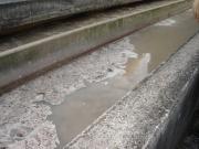 Eaux usées dans un bassin d'une station d'épuration (étape du dessablage et déshuilage)