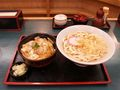 800px-Udon and oyakodon by hmaruyama.jpg