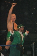 Dave Finlay et Hornswoggle-Catch-7155.jpg