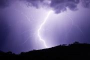 La foudre est une manifestation visible de la présence d'électricité dans la nature. Il s'agit d'une décharge électrique provoquée par des nuages d'orage.