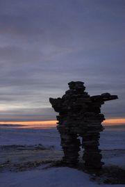 C'est n grand empilement de pierres ressemblant à une personne, avec deux jambes, des bras, une tête ...